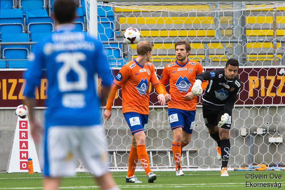 Treningskamp fotball 2014: Molde - Aalesund. Aalesunds keeper Sten Michael Grytebust (t.h.) setter i gang spillet i treningskampen mellom Molde og Aalesund på Aker stadion. Oddbjørn Lie i midten og Peter Orry Larsen til venstre.
