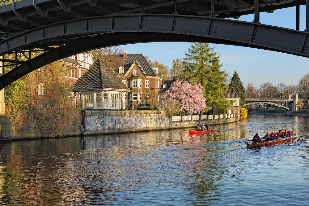 Ruderboote auf dem Alsterlauf vor dem Kloster St. Johannis in Hamburg Eppendorf beim morgenlichen Training.