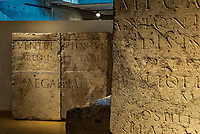 Le&nbsp;musee gallo-romain de Lyon&nbsp;a ete construit pres des theatres romains, sur la colline de&nbsp;Fourviere, situee autrefois au c&oelig;ur de la cite romaine de Lugdunum. <br /> Capitale de la province Lyonnaise, c etait une cite gallo-romaine importante et prospere qui a laisse de nombreux vestiges.<br /> Le musee actuel, construit par l architecte&nbsp;Bernard Zehrfuss&nbsp;a ete inaugure en 1975. Le batiment est inscrit en bordure du site antique, enterre sous la colline de fourviere.Les deux monuments majeurs de la cite : le theatre et l odeon, sont desormais integres au secteur classe&nbsp;Patrimoine Mondial&nbsp;par l UNESCO.A l interieur, on y accede par une rampe en beton brut descendant en spirale et se ramifiant vers des paliers destines a l exposition des collections du mus&eacute;e.<br /> Ce musee re&ccedil;oit a peu pres 100 000 visiteurs par an.