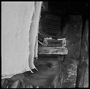 Käsetücher und Autoradio auf einem Holzbrett auf der Alp. Auf Poganggenalp / Boganggenalp bei Mürren werden im Sommer mit der Milch von 98 Kühen 10 Tonnen Berner AOC Bergkäse produziert. © Romano P. Riedo | fotopunkt.ch