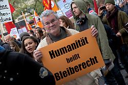 Am 2. November 2013 protestieren in Hamburg rund 9000 Menschen gegen die Abschiebung afrikanischer Flüchtlinge, die unter dramatischen Umständen übers Mittelmeer geflohen und auf der italienischen Insel Lampedusa angelandet waren.