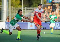 AMSTELVEEN - Mirco Pruyser (Ned)  met Muhammad Irfan (Pak)  tijdens  de tweede  Olympische kwalificatiewedstrijd hockey mannen ,  Nederland-Pakistan (6-1). Oranje plaatst zich voor de Olympische Spelen 2020.  COPYRIGHT KOEN SUYK
