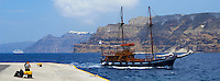 Grèce, Les Cyclades, Ile de Santorin (Thira), Athinios port des ferry  // Greece, Cyclades, Santorini island, port for ferries at Athinios