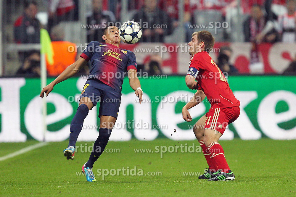 23.04.2013, Allianz Arena, Muenchen, GER, UEFA CL, FC Bayern Muenchen vs FC Barcelona, Halbfinale, Hinspiel, im Bild Zweikampf zwischen links Alexis SANCHEZ #9 (FC Barcelona) und Philipp LAHM #21 (FC Bayern Muenchen) // during UEFA Champions League 1st Leg Semifinal Match between FC Bayern Munich and FC Barcelona at the Allianz Arena, Munich, Germany on 2013/04/23. EXPA Pictures © 2013, PhotoCredit: EXPA/ Eibner/ Kolbert..***** ATTENTION - OUT OF GER *****