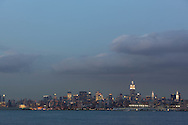 New york harbour. Downtown Manhattan cityscape ,  on Hudson river view from Grundy park exchange place New jersey Usa /   le port de new york . le panorama du bas de manhattan , vue depuis le Grundy Park, exchange place New jersey au coucher du soleil  New York  USa