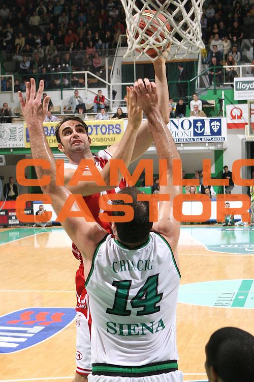 DESCRIZIONE : Siena Lega A1 2005-06 Montepaschi Mens Sana Siena Armani Jeans Olimpia Milano <br /> GIOCATORE : Fajardo <br /> SQUADRA : Montepaschi Mens Sana Siena Armani Jeans Olimpia Milano<br /> EVENTO : Campionato Lega A1 2005-2006 <br /> GARA : Montepaschi Mens Sana Siena Armani Jeans Olimpia Milano<br /> DATA : 06/11/2005 <br /> CATEGORIA : tiro<br /> SPORT : Pallacanestro <br /> AUTORE : Agenzia Ciamillo-Castoria/M.Cacciaguerra