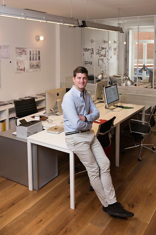 &Aacute;lvaro Oliver Bult&oacute; en su estudio de arquitectura.<br /> Fernando Sesto, 7<br /> Madrid.