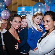 NLD/Amsterdam/20121209 - Premiere K3 Bengeltjes, Aukje van Ginneken en dochter Josje met zus Marieke van Ginneken en dochter Katootje