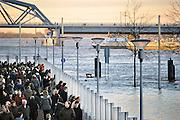 Nederland, Nijmegen, 16-1-2011Hoogwater in de Waal bij Nijmegen. Smeltwater uit het stroomgebied van de Rijn overstroomt de waalkade. Het waterschap heeft schotten geplaatst waarachter de bevolking het schouwspel bekijkt. Op deze zondag is de belangstelling van het publiek groot.Foto: Flip Franssen