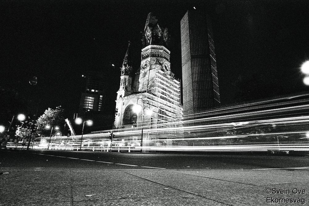 Biler kjører gjennom Kurfürstendamm i vest Berlin på dette nattbildet.<br /> <br /> Berlin street photography 2010. Gatefotografi fra Berlin i 2010.<br /> <br /> Foto: Svein Ove Ekornesvåg