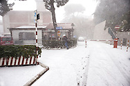 Roma 17 Dicembre 2010.Nevicata nella cittadina di Albano Laziale alle portedi  Roma. Un uomo cerca ripara  dalla neve all'Ospedale di Albano Laziale