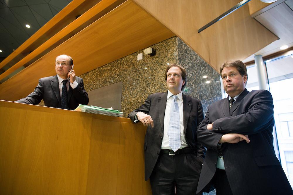 Nederland. Den Haag, 26 juni 2007.<br /> Tweede Kamer. Jacques Tichelaar, fractievoorzitter van de PvdA in de vergaderzaal met D66 collega Alexander Pechtold. De PvdA voelt veel voor een referendum over het nieuwe Europese verdrag, maar hakt daarover pas de knoop door na een advies van de Raad van State. Dat advies is ,,niet bindend, maar wel zwaarwegend'', aldus Luuk Blom, Europa-woordvoerder van de PvdA-fractie.<br /> Blom nuanceert hiermee het beeld dat dinsdag ontstond door uitspraken van PvdA-fractieleider Jacques Tichelaar in De Telegraaf. Tichelaar zei geen enkele argument te zien om g&eacute;&eacute;n volksraadpleging te houden.<br /> Tichelaar:,,PvdA niet bang voor een referendum.&quot;Maar hij herhaalde in het interview en later in de wandelgangen van de Kamer ook dat de PvdA zich aan de afspraken in het regeerakkoord houdt. Daarin staat dat pas besloten wordt over een referendum na advies van de Raad van State. ,,Ik heb niets nieuws gezegd, alleen dat wij niet bang zijn voor een referendum'', aldus Tichelaar.<br /> Foto Martijn Beekman <br /> NIET VOOR TROUW, AD, TELEGRAAF, NRC EN HET PAROOL