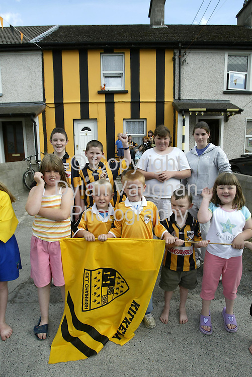 2/9/2002 Irish Sun.Local kids pictured outside a house painted in the Kilkenny colours on Connolly street in Kilkenny..Picture Dylan Vaughan