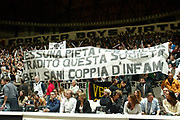DESCRIZIONE : Bologna Lega A1 2005-06 Vidi Vici Virtus Bologna Climamio Fortitudo Bologna<br /> GIOCATORE : Tifosi Forever Boys<br /> SQUADRA : Vidi Vici Virtus Bologna <br /> EVENTO : Campionato Lega A1 2005-2006 <br /> GARA : Vidi Vici Virtus Bologna Climamio Fortitudo Bologna<br /> DATA : 15/04/2006 <br /> CATEGORIA : Tifosi<br /> SPORT : Pallacanestro <br /> AUTORE : Agenzia Ciamillo-Castoria/G.Livaldi