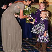 NLD/Noordwijk/20101028 - Bezoek van de Zweedse prinses Victoria en Willem Alexander aan feestavond 50 jarig bestaan Zweedse Kamer van Koophandel, krijgt bloemen