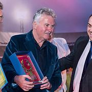 NLD/Rotterdam/20180412 - Hoe Zuid-Korea Guus Hiddink veroverde première, guus krijgt een prijs overhandigd