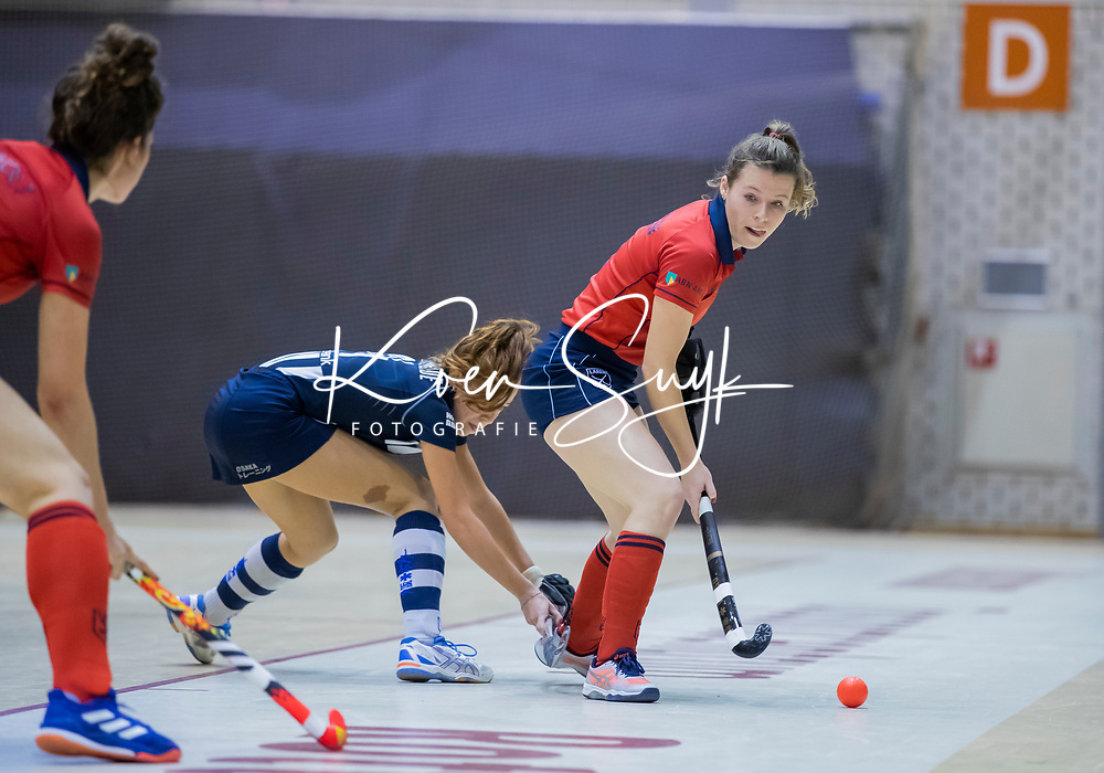 ROTTERDAM  - NK Zaalhockey . finale dames hoofdklasse: hdm-Laren 2-1. hdm landskampioen. Fabienne Roosen (Lar) met Pien van der Heide (HDM)    COPYRIGHT KOEN SUYK