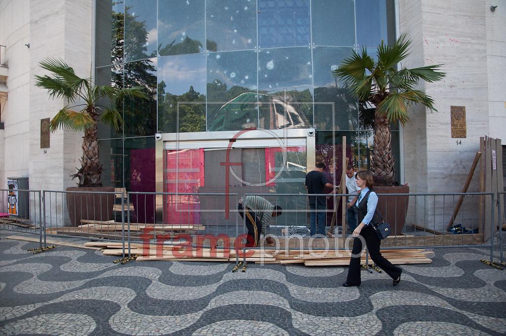 Rio de Janeiro - 08/10/2013 - Sede no Centro da EBX, empresa do empresário Eike Batista, é atacada durante protesto de Black Blocs que ocorreu na segunda-feira (07). Nesta terça-feira (08) tapumes são colocados para isolar o prédio situado próximo a Cinelândia - FOTO: ERBS JR./FRAME