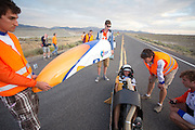 Rik Houwers zit geconcentreerd in de VeloX4 voor de eerste recordpoging. Hij zal 129,45 km/h rijden en is daarmee de derde snelste man ter wereld. Het Human Power Team Delft en Amsterdam (HPT), dat bestaat uit studenten van de TU Delft en de VU Amsterdam, is in Amerika om te proberen het record snelfietsen te verbreken. Momenteel zijn zij recordhouder, in 2013 reed Sebastiaan Bowier 133,78 km/h in de VeloX3. In Battle Mountain (Nevada) wordt ieder jaar de World Human Powered Speed Challenge gehouden. Tijdens deze wedstrijd wordt geprobeerd zo hard mogelijk te fietsen op pure menskracht. Ze halen snelheden tot 133 km/h. De deelnemers bestaan zowel uit teams van universiteiten als uit hobbyisten. Met de gestroomlijnde fietsen willen ze laten zien wat mogelijk is met menskracht. De speciale ligfietsen kunnen gezien worden als de Formule 1 van het fietsen. De kennis die wordt opgedaan wordt ook gebruikt om duurzaam vervoer verder te ontwikkelen.<br /> <br /> Rik Houwers is concentrating in the VeloX4 for his first record attempt. He will cycle 80,44 mph and is the third fastest man in the world. The Human Power Team Delft and Amsterdam, a team by students of the TU Delft and the VU Amsterdam, is in America to set a new  world record speed cycling. I 2013 the team broke the record, Sebastiaan Bowier rode 133,78 km/h (83,13 mph) with the VeloX3. In Battle Mountain (Nevada) each year the World Human Powered Speed Challenge is held. During this race they try to ride on pure manpower as hard as possible. Speeds up to 133 km/h are reached. The participants consist of both teams from universities and from hobbyists. With the sleek bikes they want to show what is possible with human power. The special recumbent bicycles can be seen as the Formula 1 of the bicycle. The knowledge gained is also used to develop sustainable transport.