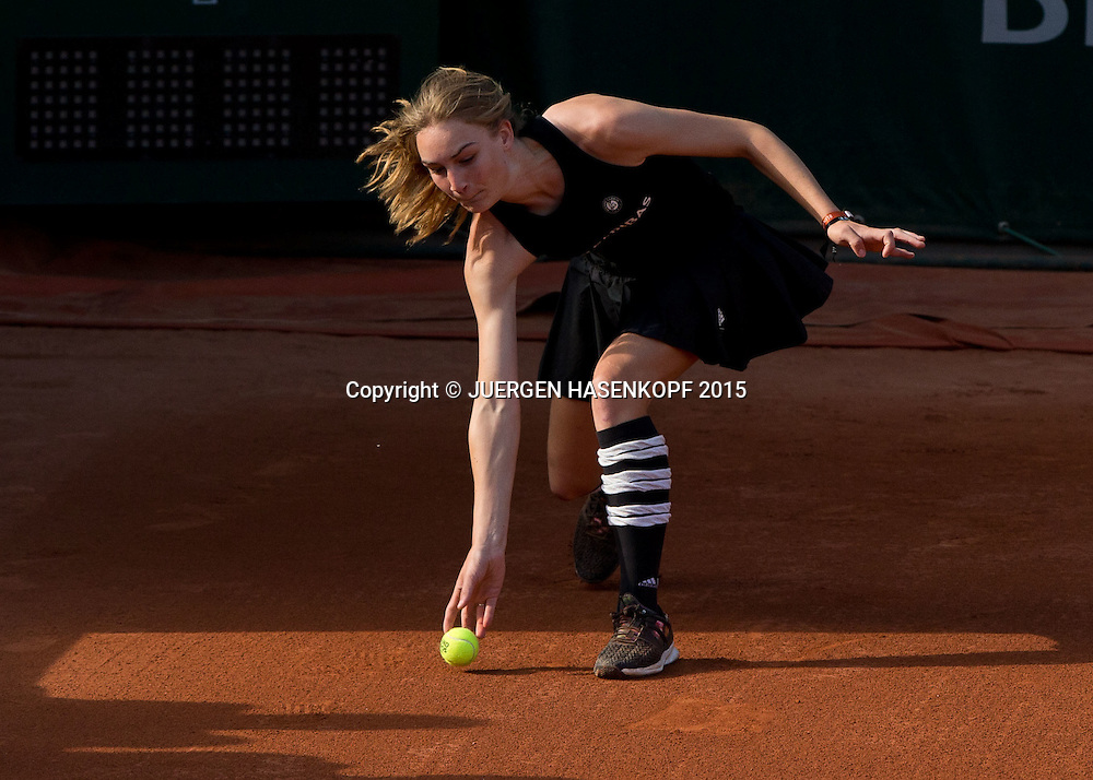 French Open 2015 Feature,Ballmaedchen in Aktion,<br /> <br /> Tennis - French Open 2015 - Grand Slam ITF / ATP / WTA -  Roland Garros - Paris -  - France  - 27 May 2015.
