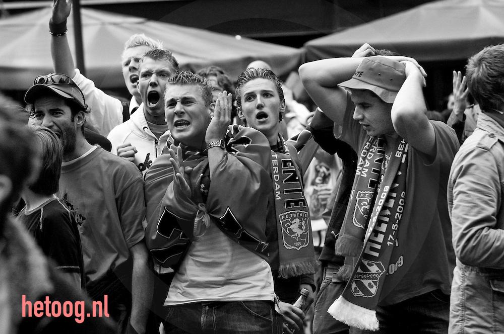 Supporters van FCTwente volgen de Bekerfinale FCTwente Heerenveen op een grote schermen in het centrum van enschede