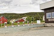 Tesla ladestasjoner for el-biler. Tesla charging station for electric cars, Skibotn in Norway. Skibotn (finsk: Markkina, kvensk: Yykeänperä, nordsamisk: Ivgobahta),  tettsted i Storfjord kommune ved fjorden Lyngen i Troms.  512 innbyggere per 1. januar 2016, men regner man med nærmeste omegn blir tallet ca. 750. Kjent som et sentralt knutepunkt på Nordkalotten, og har en forhistorie som bygger på de tre stammers møte og de utfordringer som fulgte av det. Skibotn bedehuskapell blir brukt årlig av læstadianere som kommer på stemne til Skibotn, i tro til gammel tradisjon. Skibotn har lang historie som knutepunkt i Nordkalotten ettersom det ble avholdt årlige marked hvor det alle nordens folkeslag møttes for å forhandle og feste med hverandre. Under 2. verdenskrig var Skibotn den nordligste bygda som ikke ble brent av tyskerne, men heller brukt som et av flere ledd på veien til den tysk-russiske fronten i Finland. (W)