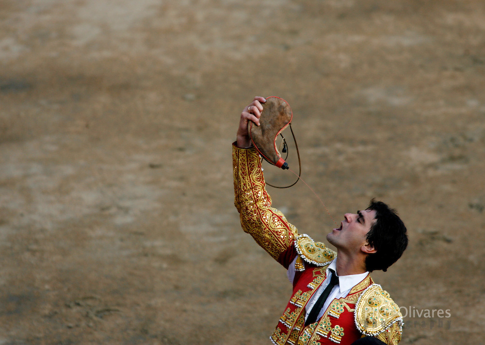 Spanish bullfighter Jesulin De Ubrique drinks wine after a bullfight at the Plaza de Acho bullring in Lima November 11, 2007. REUTERS/Pilar Olivares  (PERU)