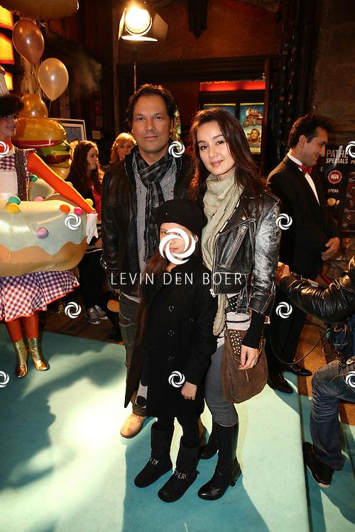 AMSTERDAM - Jennifer de Jong met man Mike Klewel en dochter op de rode loper van de filmpremiere Dik Trom zondag in Amsterdam.  FOTO LEVIN DEN BOER - PERSFOTO.NU