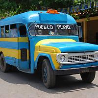 Autobus que lleva a los lugareños y turistas de la playa al pueblo de Chuao, Edo. Aragua, Venezuela