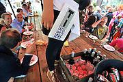 Nederland, Eindhoven, 12-8-2011Op de parade in de wijk Strijp staat een 100 meter lange en twee meter brede eettafel waar men kan dineren. De bediening vindt plaats vanaf de tafel. het concept heet Tafel van de Idee.Foto: Flip Franssen/Hollandse Hoogte