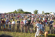 A large audience is waiting for the hot air balloons to take off. <br /> Un large public attend l'envol des montgolfi&egrave;res.