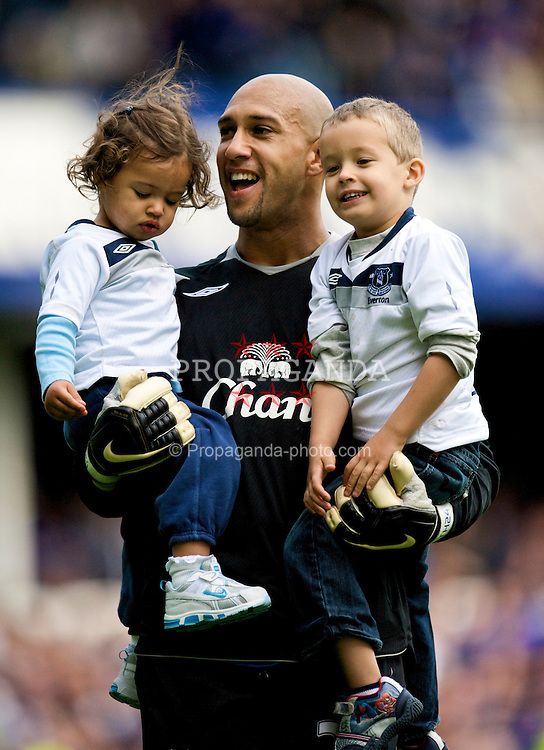 LIVERPOOL, ENGLAND - Saturday, May 16, 2009: Everton's goalkeeper Tim Howard with his two children, after the final Premiership match at Goodison Park. (Photo by David Rawcliffe/Propaganda)