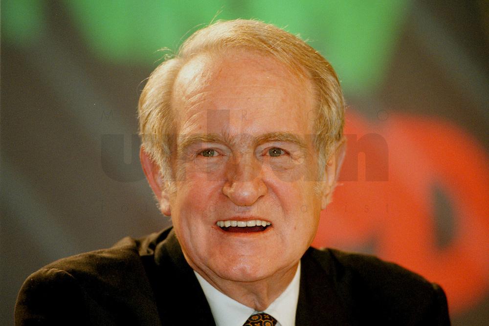 31 JAN 1998, GERMANY/DORTMUND:<br /> Johannes Rau, SPD, Ministerpräsident Nordrhein-Westfalen, auf dem Landesparteitag der SPD NRW<br /> IMAGE: 19980131-01/01-18