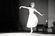 Танцуващо момиче в черно бяло