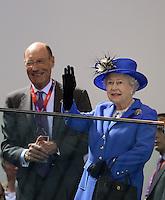 Olympia 2012 London   Aquatics Centre  28.07.2012 Koenigin Elizabeth II. (re) und John Harmitt schauen sich die Schwimm-Vorlaeufe an.