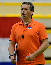 28-12-2013 VOLLEYBAL: TOPVOLLEYBAL TOURNOOI NEDERLAND BELGIE: ALMELO<br /> Nederland wint de eerste wedstrijd met 3-0 van Belgie / Head coach Gido Vermeulen<br /> ©2013-FotoHoogendoorn.nl