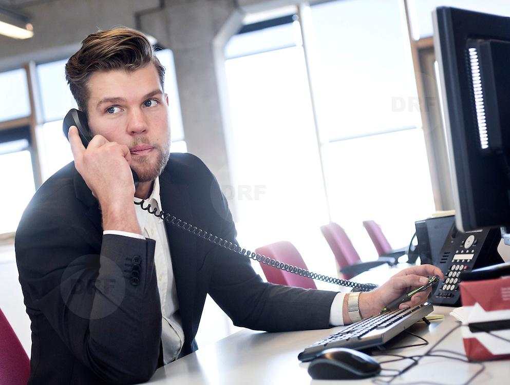 Foto: David Rozing Nederland Amsterdam 19-04-2014 20140419 Model released Model release aanwezig. Man doet belangrijk telefoontje, eigen onderneming starten in nieuw leeg bedrijfspand, de bank bellen,  telefonisch overleg, crisis, crisisberaad, erop of eronder, hekele situatie, spannend gesprek, uitslag vernemen, update krijgen, managen, manager, irritatie, management. Foto: David Rozing