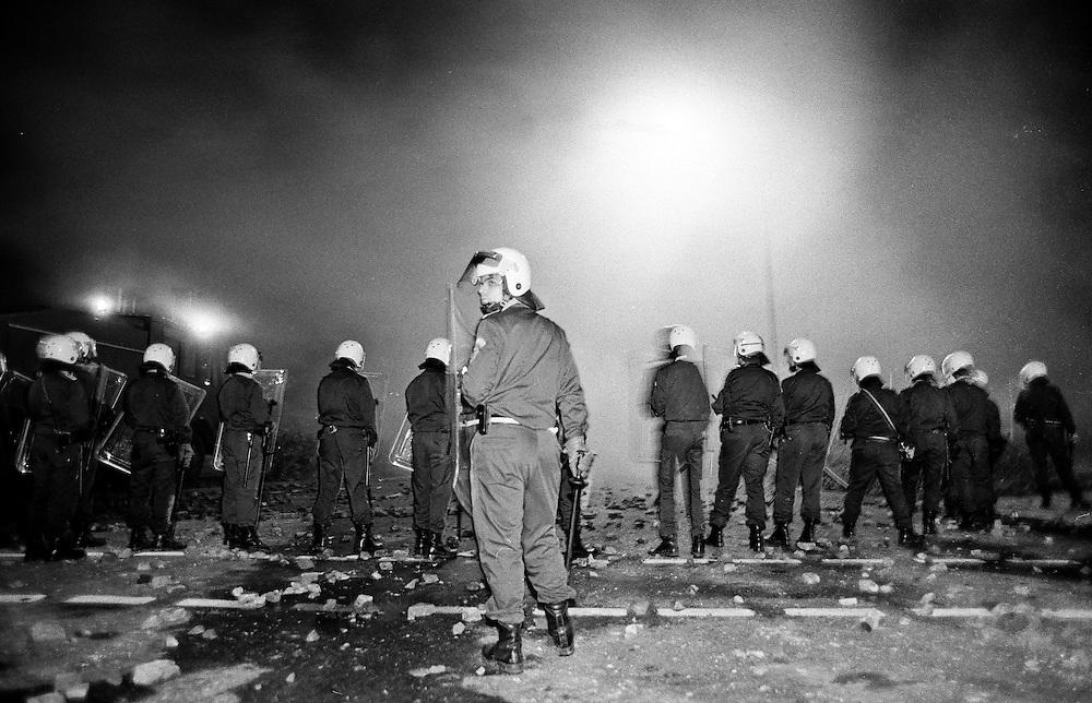 Germany - Deutschland - Rostock-Lichtenhagen; Progrome, Ausstreitungen gegen Asylbewerber vor und und um die Zentrale Aufnahmestelle für Asylbewerber (ZAST)..Flüchtlinge, vorallem aus Osteuropa; Vietnamesen werden Opfer von fremdenfeindlichen Angriffen; die Polizei war vorallem am 1. Tag (23.08.1992) machtlos bzw abwesend; HIER: am 23.August 1992; 1. Tag der Angriffe und Straßenschlachten; Polizeieinsatz; Politei zog sich erst zurück bis später u.a. der Bundesgrenzschutz zur Hilfe kam ...