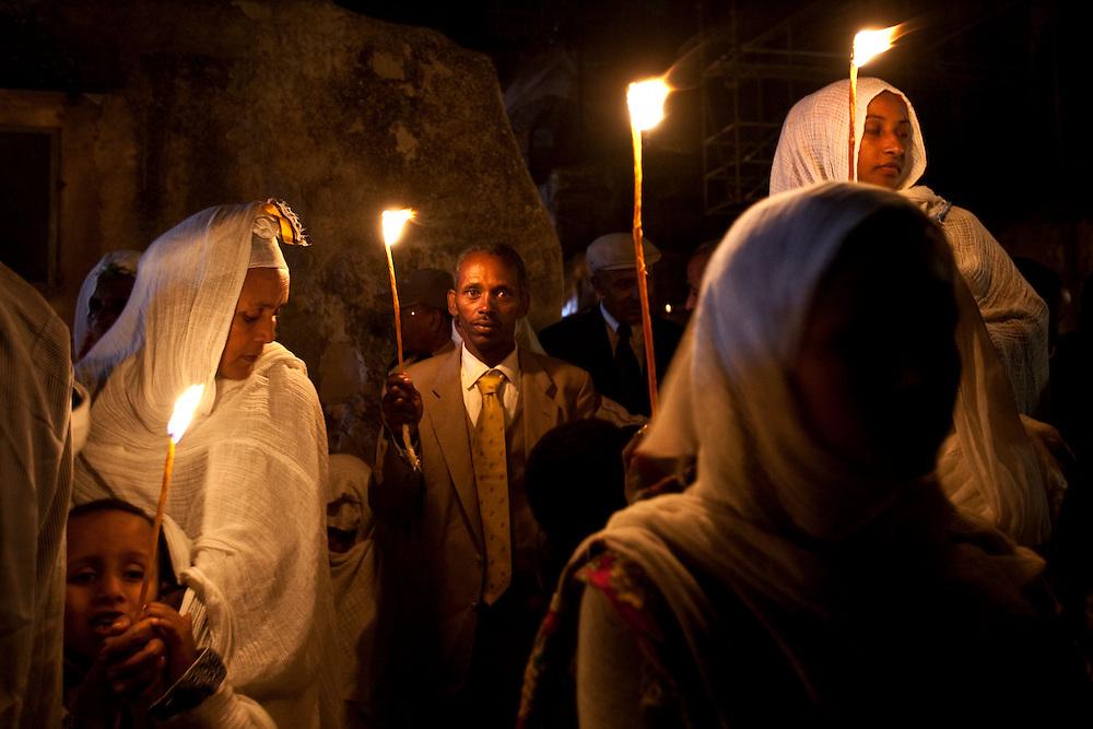 טקס האש של האתיופים האורתודוקסים בצד האטיופי של כנסיה הקבר..חדשות..צילום אוליבייה פיטוסי