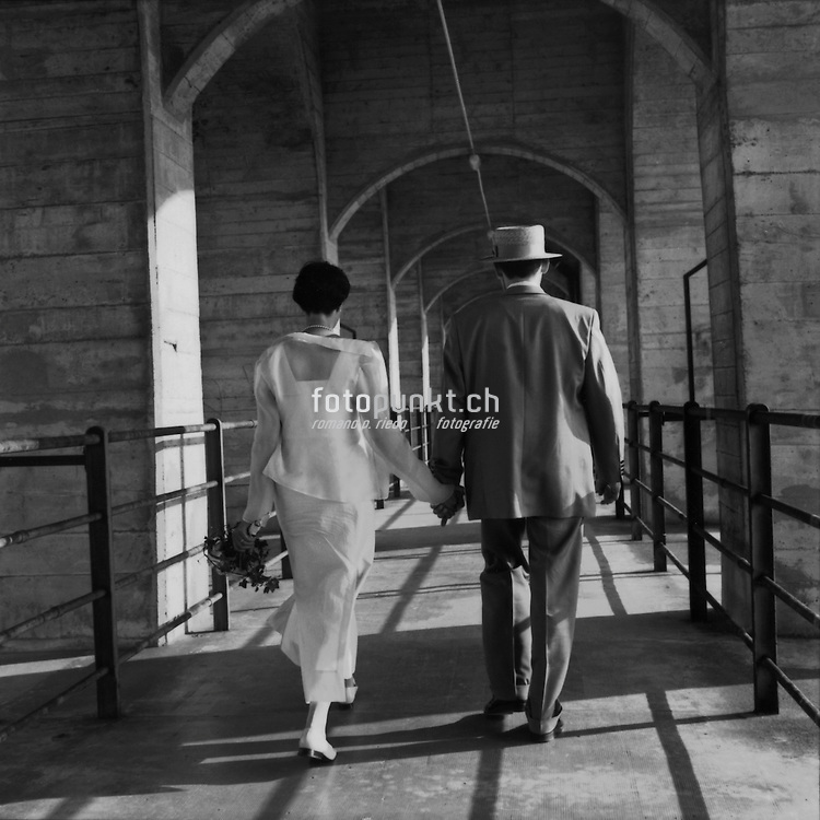 Hochzeitspaar auf der Fussgänger-unterführung der Grandfeybrücke. Couple de jeunes mariés sur le pont de Grandfey. 2002. Romano P. Riedo