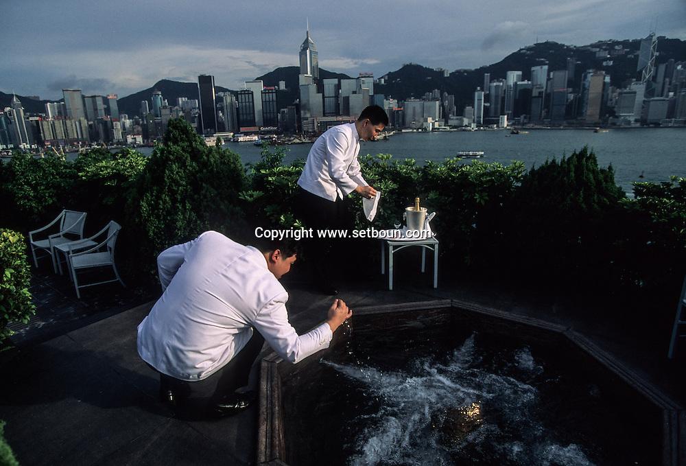 Hong Kong. regent hotel , lobby, jacuzis, and waiters Kowloon. .   16   / Les privilégiés qui ont les moyens peuvent admirer la baie de  depuis leur jacuzi privé Sur le toit de l' hôtel Régent à, Kowloon .   16  / L1396  / 319177/48