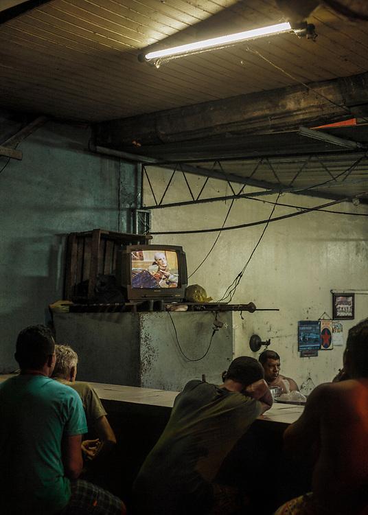 Brazil, Amazonas, rio Negro, Manaus. Quartier du port. Des dockers sans abris assistent à la telenovela.