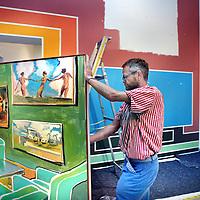 Nederland, Amsterdam , 9 juli 2014.<br /> In het Stedelijk maakt de Duitse kunstenaar Anton Henning vandaag een grote muurschildering in zijn zaal in de tentoonstelling BAD THOUGTHS, de collectie Martijn en Jeannette Sanders.<br /> BAD THOUGTHS toont een overzicht van een van de belangrijkste privéverzamelingen van Nederland. In de 42 jaar dat het echtpaar Sanders kunst verzamelt, is de collectie op deze schaal niet eerder te zien geweest.<br /> De collectie Sanders omvat vele honderden werken van meer dan 350 kunstenaars uit met name Europa en de Verenigde Staten. Het Stedelijk maakte daaruit een ruime keuze, met werk van onder meer David Claerbout, Gilbert & George, Anton Henning, Anselm Kiefer, Cindy Sherman, e.v.a.<br /> <br /> Foto:Jean-Pierre Jans