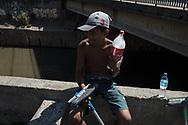 SÃO PAULO - BRASIL, 29/11/2017. Cerca de 11 crianças trabalham lavando para-brisas na esquina da av. Santos Dumont com a avenida Tiradentes, na Zona Cerealista. Foto: CAIO GUATELLI