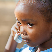 LÉGENDE: Fatimé Zoubeïde élève au centre Jardin pour Enfants discute avec sa mère au téléphone. Sa mère est en retard pour la récupérer à l'école. LIEU: Centre Social Jardin d'enfants, Sarh, Tchad. PERSONNE(S): Fatimé Zoubeïde (portrait).