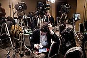 ROMA. UN GIORNALISTA ALL'INTERNO DELLA SALA STAMPA DEL MOVIMENTO 5 STELLE A ROMA IN ATTESA DEI RISULTATI FINALI DELLE ELEZIONI;