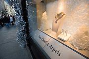 USA New York City Manhattan Van Cleef & Arpels Fifth Avenue Shopping Strassenszene Schmuck Juwelen Juwelier Weihnachtsdekoration Schaufenster Reflektion Weihnachtsgeschaeft Weihnachten Wirtschaft Handel Stadtansicht Konsum einkaufen Amerika.