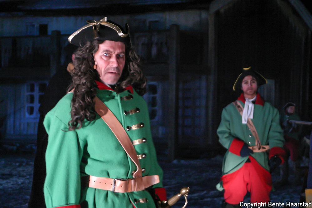 Ståle Bjørnhaug som general Armfeldt. Karolinerspelet i Tydal i 2005. Karolinerne (av Carolus, latinisert form av navnet Karl, svensk Karolinerna) er betegnelsen på soldatene til Karl XII av Sverige som styrte fra 1697 til 1718, herunder den svenske arméen ledet av Carl Gustaf Armfeldt som ble overrumplet av uvær i Tydalsfjellene i januar 1719. Karolinernes dødsmarsj var det svenske tilbaketoget over Tydalsfjellene i Trøndelag i januar 1719. Den svenske retretten endte med tragedie, av en styrke på rundt 6 000 soldater døde halvparten og 800 ble krøplinger for resten av livet. Etter Karl XIIs død ved Fredriksten festning 11. desember 1718 ble alle svenske tropper i Norge beordret å trekke seg tilbake til Sverige. General Carl Gustaf Armfeldt ledet det svenske felttoget i Trøndelag. Han fikk melding om svenskekongens død den 7. januar 1719, da han befant seg i Haltdalen i Gauldalen med rundt 6 000 mann. Han besluttet å ta korteste vei mot Sverige: Først over fjellet til Tydalen og derfra over Tydalsfjellene til Åre i Jemtland. Vinteren hadde så langt vært preget av barfrost og lite snø i fjellet. De antok følgelig å ikke behøve ski for å ta seg frem, men armeen var dårlig utrustet etter fire måneders felttog i Trøndelag. Været var kaldt. Allerede den 8. januar brøt troppene opp fra Haltdalen og tok seg over til gårdene ovenfor Floren kapell øverst i Selbu. Dette er en strekning på nesten 30 km. På grunn av det kalde været døde rundt 200 mann i fjellet. Etter at de hadde kommet til Flora, tok de seg videre oppover dalen til de kom til Tydal. Den 11. januar 1719 var hele den armfeldtske armeen samlet på gårdene Ås og Østby øverst i Tydalen. Troppene talte nå nesten 5 800 mann. En fortropp på 14 skiløpere ble sendt over til Jemtland for å forberede tilbaketrekningen i Sverige. Alle disse kom vel frem. Om morgenen den 12. januar 1719 (første nyttårsdag etter gammel svensk tidsregning) brøt Armfeldts armé opp fra Østby i Ty
