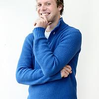 Nederland, Amsterdam , 11 mei 2010..Philip Huff studeerde geschiedenis en filosofie in Amsterdam. Debuteerde in oktober met de roman Dagen van gras, verschenen bij de Bezige Bij. Het boek werd goed ontvangen in de landelijke pers, genomineerd voor de Debutantenprijs en vertaald. Momenteel bewerkt hij de roman voor Circe Films en de VPRO tot een scenario..Foto:Jean-Pierre Jans