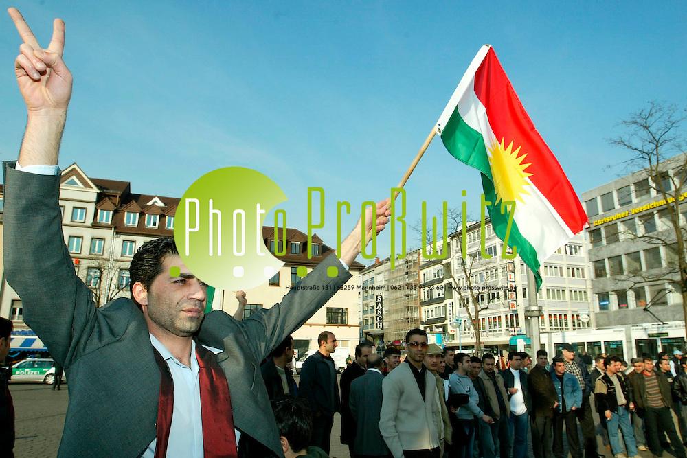 Mannheim. Marktplatz. Kurden feiern das Kriegsende in Irak<br /> <br /> Bild: Markus Pro&szlig;witz